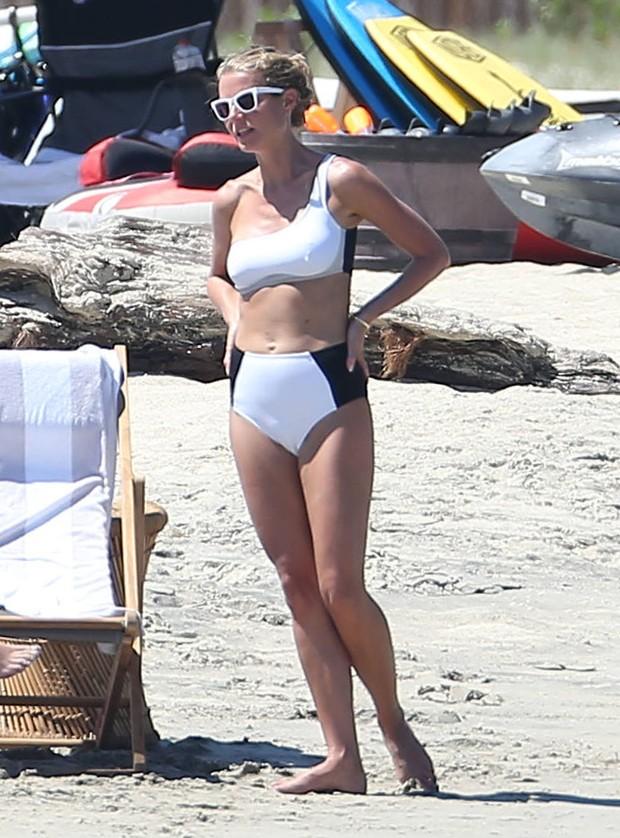 Gwyneth Paltrow em praia no México (Foto: Grosby Group/ Agência)