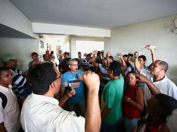 Agentes de endemias ocuparam prédio da Secretaria de Saúde de Maceió (Foto: Fabiana De Mutiis/G1)