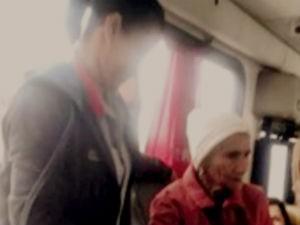 Cobradora trabalhou em pé durante toda a vigame da idosa (Foto: Reprodução/TV Sudoeste)