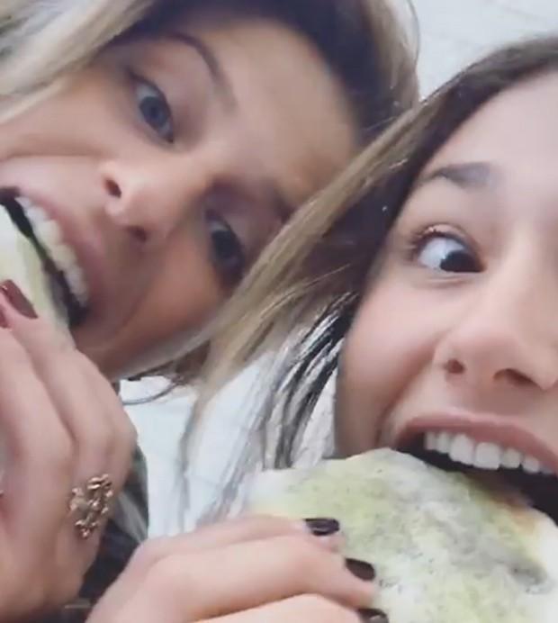 Sasha e amiga comendo tapioca (Foto: Reprodução/Instagram)