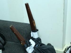 Polícia apreendeu objetos usados pelo suspeito para agredir vítima (Foto: Gustavo Arakaki/ TV Morena)