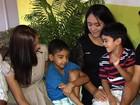 Mães que tiveram os filhos trocados 'dividem' amor pelas duas crianças