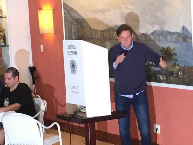 Crivella vota em Zona Eleitoral de Copacabana no domingo de eleições municipais (Foto: Bruno Albernaz/G1)