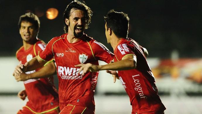 Diego Viana faz gol sobre o Capivariano (Foto: Marcos Ribolli)