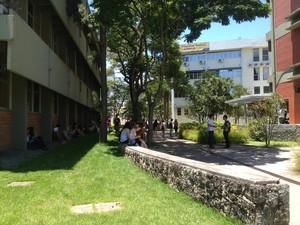 Candidatos procuram sombras enquanto esperam abertura dos portões (Foto: Joana Caldas/G1)