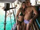 Caetano Veloso e Paula Burlamaqui curtem dia de sol em passeio de barco