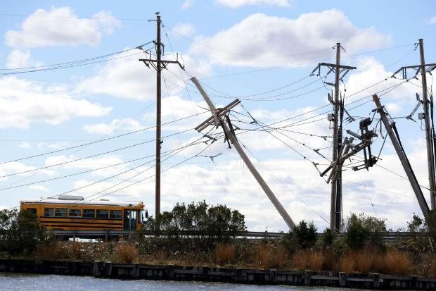 Diversas redes de eletricidade foram afetadas pela tempestade Sandy nos Estados Unidos.A energia elétrica está sendo religada aos poucos. (Foto: Julio Cortez/AP)