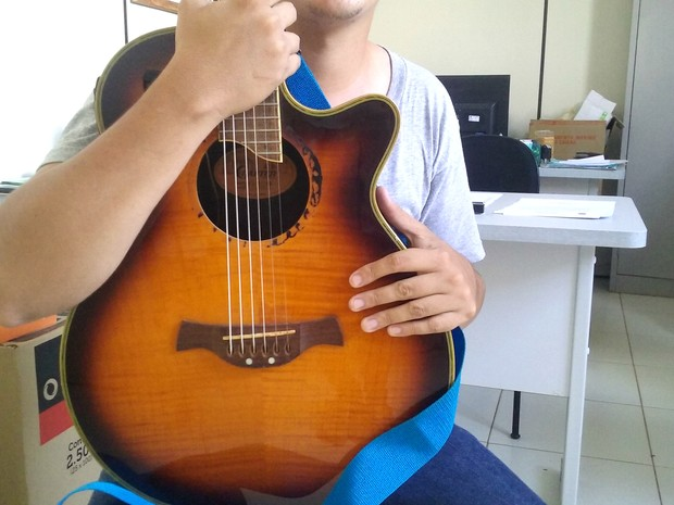 Candidato precisa levar apenas o violão para as aulas, pois a apostila será fornecida gratuitamente pela Fundação (Foto: Aline Lopes/G1)