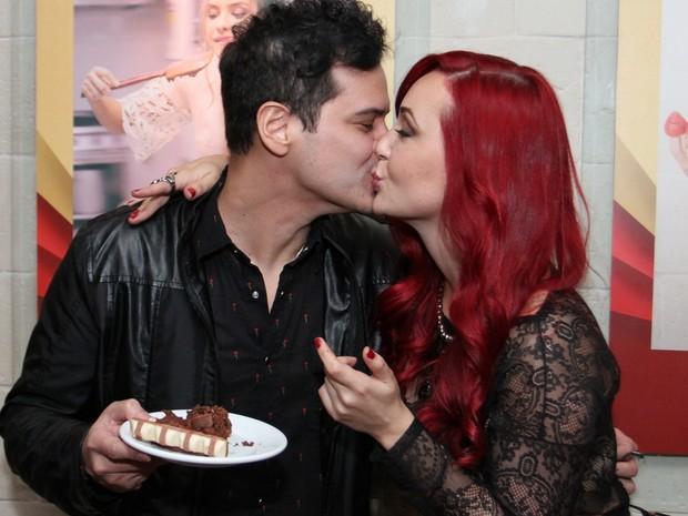 Josie Pessôa e o namorado, Alexandre Gantois, em restaurante na Zona Oeste do Rio (Foto: Anderson Borde/ Ag. News)