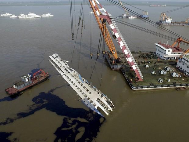 Vista aérea da equipe de resgate trabalhando para endireitar o navio de cruzeiro Estrela do Oriente que naufragou em Jianli, na China. O número de mortes no acidente subiu para 97  (Foto: Reuters)