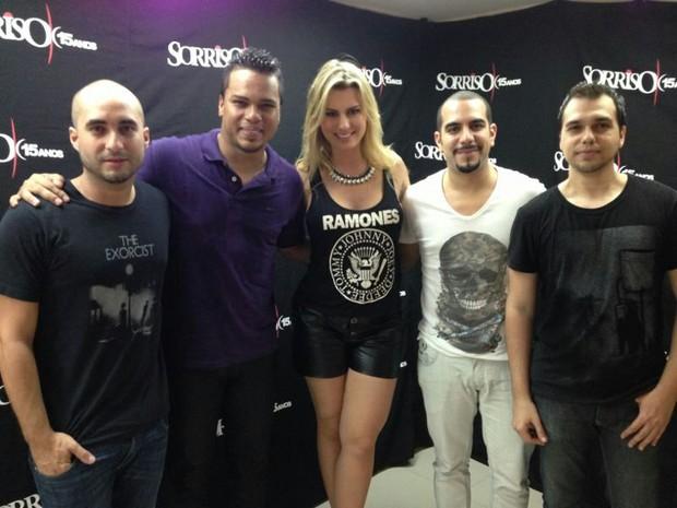 Fernanda, do BBB13, posa com os integrantes do Sorriso Maroto (Foto: Divulgação/Divulgação)