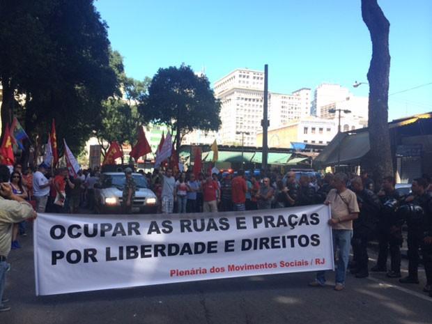 Grupo protesta no Centro do Rio após término do ato cívico-militar (Foto: Guilherme Brito / G1)