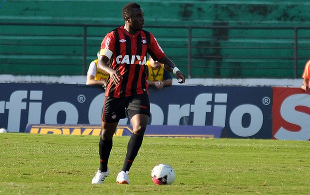 Manoel, zagueiro do Atlético-PR, contra o Guarani (Foto: Gustavo Oliveira/Site oficial do Atlético-PR)