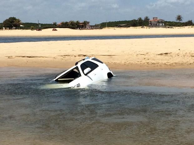 Hillux foi achada quase submersa em Barra do Rio (Foto: Daniel Ipiranga/G1)