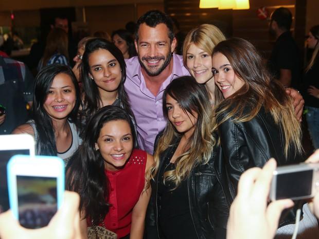 Malvino Salvador com fãs em pré-estreia de filme em São Paulo (Foto: Manuela Scarpa/ Foto Rio News)