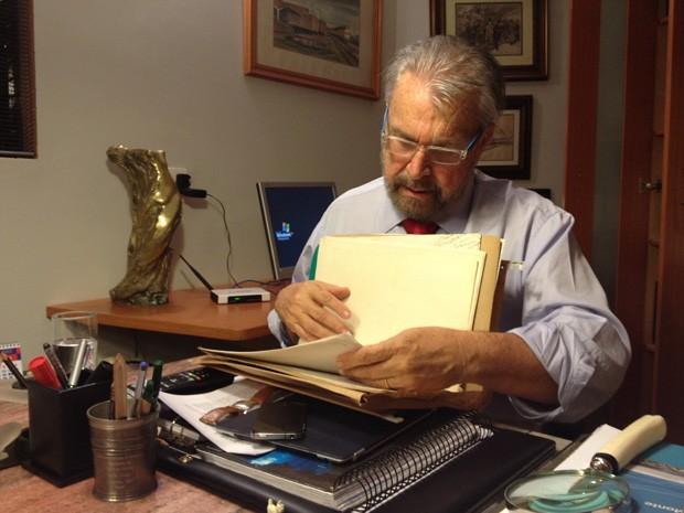 O jornalista Etevaldo Dias, porta-voz de Fernando Collor nos últimos dias do ex-presidente no poder, durante entrevista no escritório dele, em Brasília (Foto: Priscilla Mendes / G1)