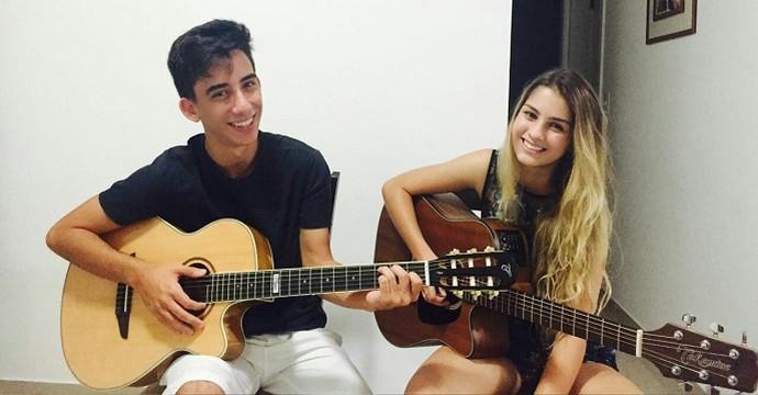 Denise e o amigo, Pedro, treinando violão (Foto: Arquivo pessoal)
