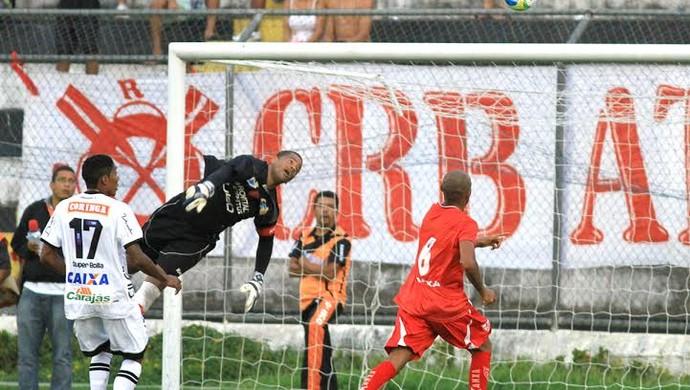 Goleiro do CRB, Julio Cesar faz grande defesa  (Foto: Ailton Cruz/Gazeta de Alagoas)