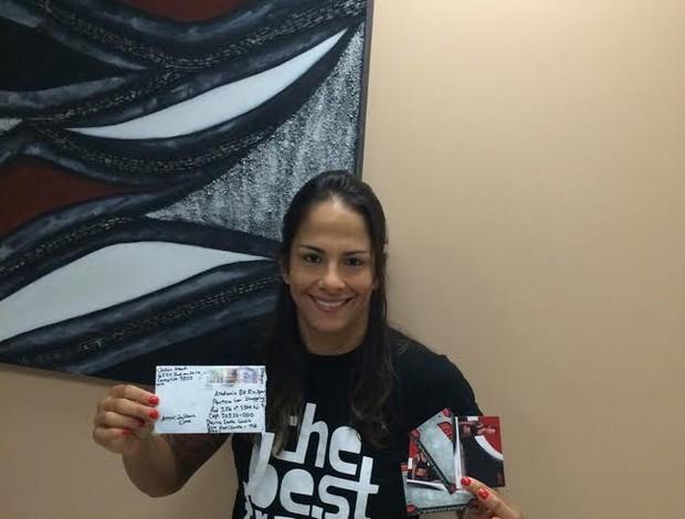 Juliana Lima recebe carta de fã