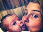 Debby Lagranha faz carinho na filha: 'Ai essa bochecha'