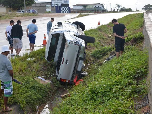 De acordo com o condutor do veículo, a caminhonete derrapou devido à pista molhada. O Centro de Informações da PRF, a possibilidade de aquaplanagem não foi confirmada. O acidente aconteceu por volta das 6h (horário local). Ainda segundo a PRF, às 8h (horá (Foto: Walter Paparazzo/G1)