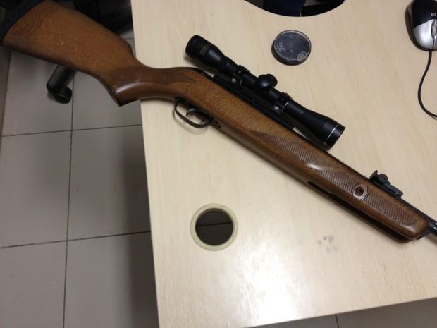 A arma usada para  matarpássaros foi apreendida (Foto: Marcelo Marques/ G1)