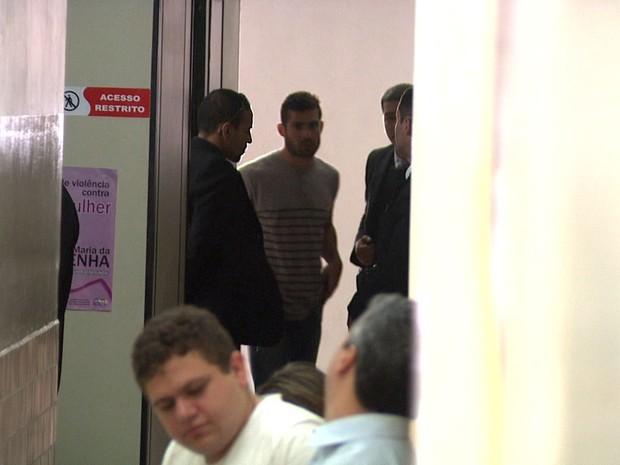 Yuri enquanto aguarda depoimento na delegacia (Foto: Reprodução/TV Gazeta)