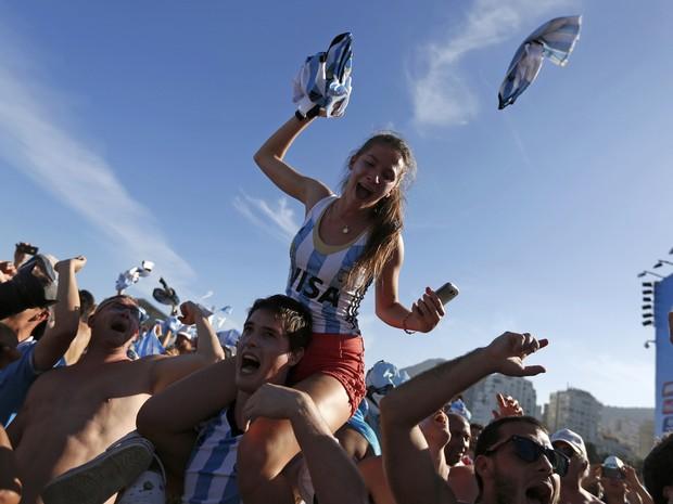 A alegria dos argentinos com a classifica��o para a semifinal da Copa (Foto: Pilar Olivares/Reuters)