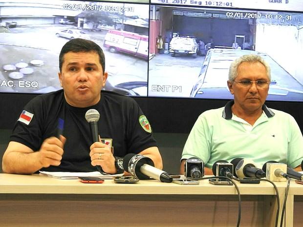 Secretário de Segurança Pública (de camisa preta) falou sobre massacre em presídio (Foto: Adneison Severiano/G1 AM)