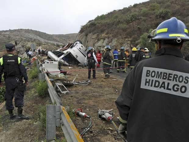 Destroços de ônibus após acidente no México. (Foto: Reuters)