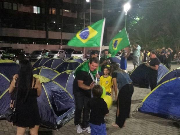Manifestação em Maceió tem acampamento para vigília (Foto: Shade Andreia / G1)