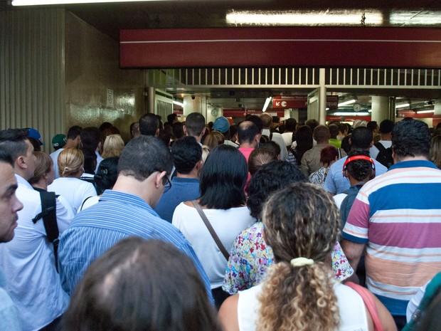 Passageiros tentam embarcar na estação Anhangabaú. Uma falha em um trem na Estação República do Metrô, no início da noite desta terça-feira (4), afetou a circulação na linha 3-Vermelha. (Foto: Fábio Vieira/Fotoarena/Folhapress)
