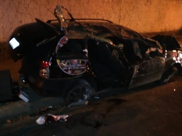 Com o impacto da batida, peças do veículo se espalharam pelo local (Foto: Divulgação/Ciptran)