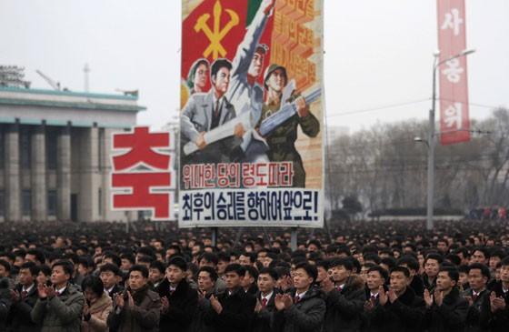 Norte-coreanos em Pyongyang celebram lançamento de satélite (Foto: AP Photo/Jon Chol Jin)