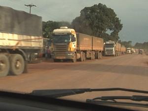 Carretas ficam estacionadas em qualquer trecho da estrada, às vezes em frente de residências (Foto: Reprodução/TV Tapajós)