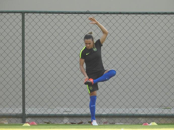 Marta trabalha equilíbrio no treino do Brasil (Foto: Cíntia Barlem)