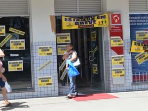 Greve atingue agências da capital e interior de Roraima (Foto: Valéria Oliveira/ G1)