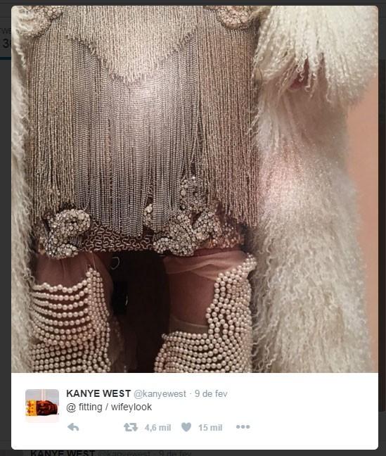 Detalhe do look de Kim Kardashian (Foto: Reprodução/Twitter)