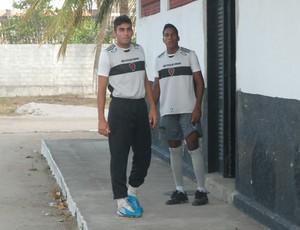 Neto (goleiro) e Evandro (atacante), do Botafogo-PB (Foto: Lucas Barros / Globoesporte.com/pb)