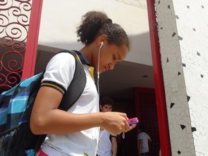 Alunos utilizam cada vez mais celular na escola.  (Foto: Roberta Cólen/G1)