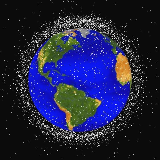Resultado de imagem para fotos mostram lixo espacial na órbita da terra