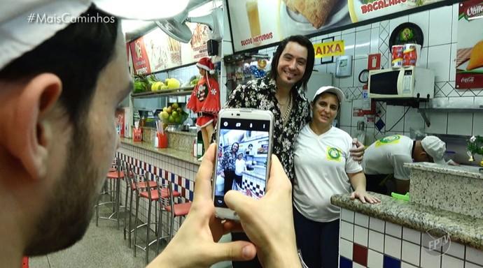 Em Amricana (SP), Rodrigo José posa para foto com fã (Foto: reprodução EPTV)