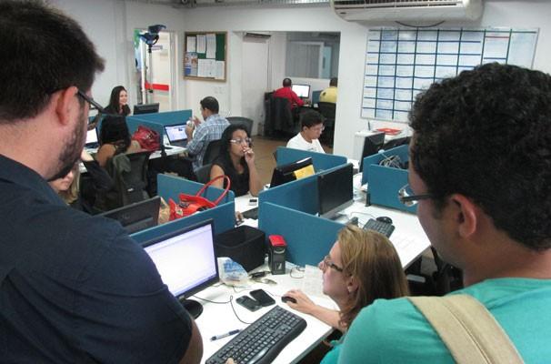 Alunos acompanham a rotina produtiva dos jornalistas da TV Clube. (Foto: André Santos/TV Clube)