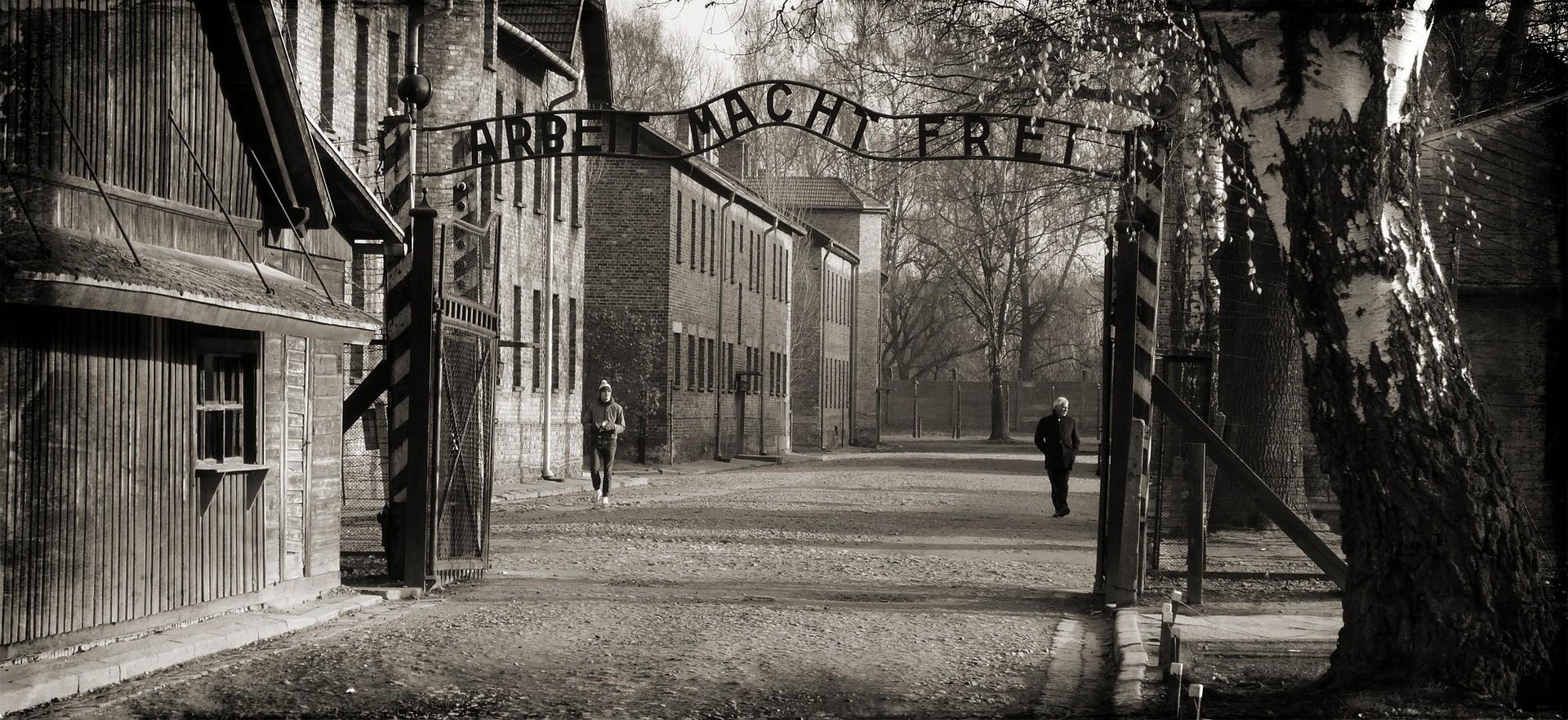 """Frase colocada na entrada de Auschwitz que, em alemão, diz """"o trabalho liberta"""". (Foto: Creative Commons / DzidekLasek )"""