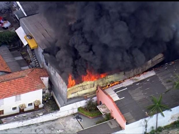 Fogo em Itaquera atinge imóveis vizinhos. (Foto: Reprodução/TV Globo)