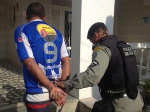 Homem foi detido pela população e encaminhado pela PM para delegacia em João Pessoa (Foto: Walter Paparazzo/G1)
