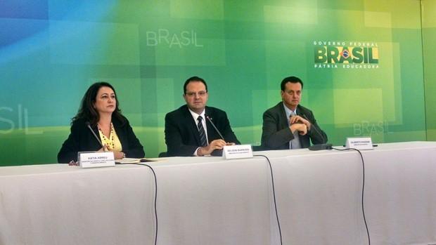Ministros Kátia Abreu (Agricultura), Nelson Barbosa (Planejamento) e Gilberto Kassab (Cidades) conceram entrevista após reunião do grupo de coordenação política do governo Dilma (Foto: Rafaela Brito / G1)