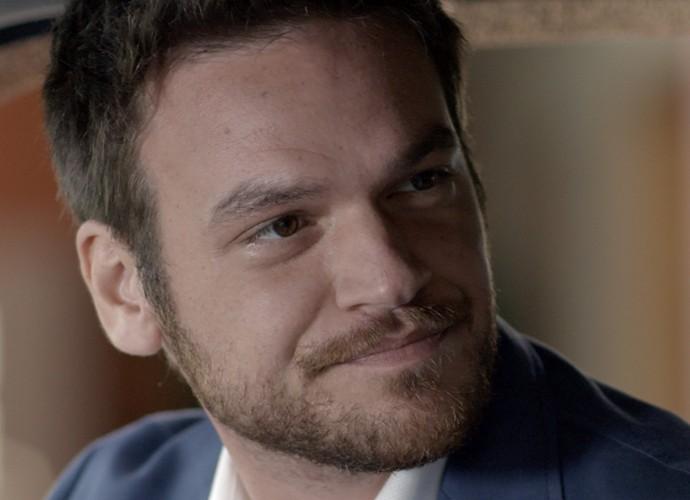 Pedro fica curioso para saber o que Melissa quer com ele  (Foto: TV Globo)