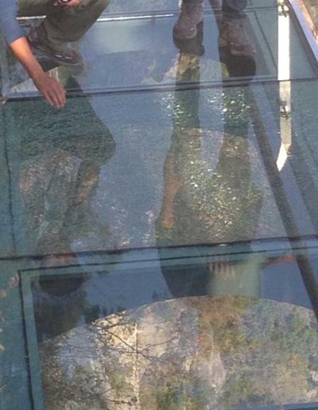 Dias após inauguração, passarela de vidro a mil metros de altura ganha rachadura na China