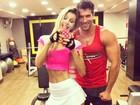 De sainha, ex-BBB Tatiele Polyana malha com o namorado, Roni